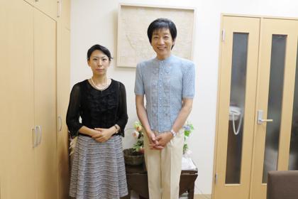 今井瑞恵と霞ヶ丘技芸学院長の広瀬光治先生